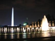 World War II Memorial, dahinter das Washington Monument