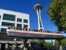 Monorail in Seattle, dahinter der Space Needle